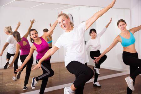 Femmes dansant l'aérobic à la leçon dans la classe de danse Banque d'images
