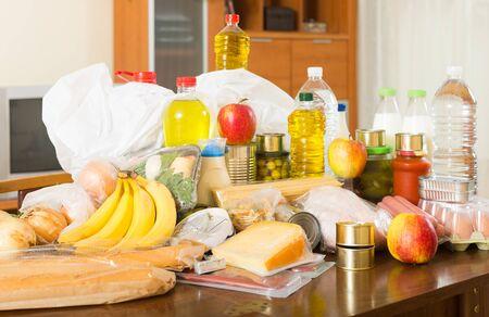 Nature morte avec des achats de nourriture au supermarché sur table à l'intérieur de la maison
