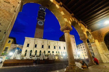 Busy tourist area of ​​old Italian city of Verona with outdoor restaurants at night Banque d'images