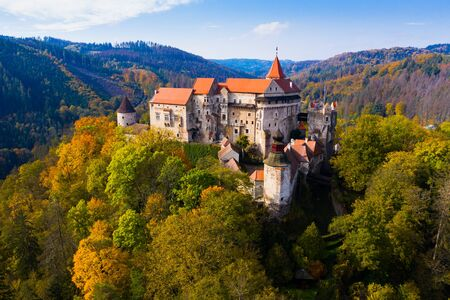 Sopra la vista del castello medievale Pernstein. Regione della Moravia meridionale. Repubblica Ceca