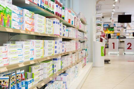 BADALONA, SPAGNA - 20 FEBBRAIO 2018: Immagine di vari medicinali disposti negli scaffali in farmacia