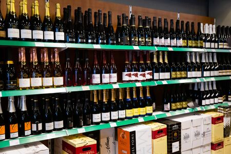 BARCELONA, España - 07 de noviembre de 2019: Racks con cava en el supermercado - vino espumoso rosado y blanco tradicional español
