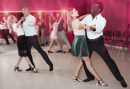 Erwachsene tanzende Paare, die Foxtrott im Tanzstudio genießen