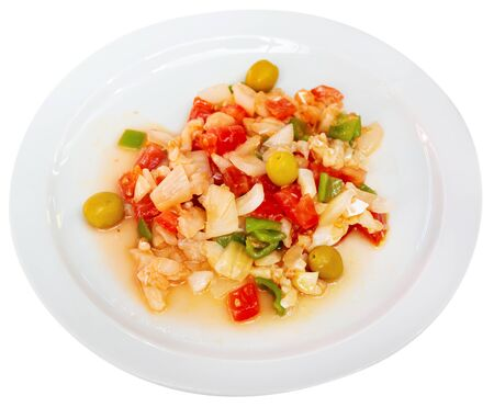 Colorful sliced codfish salad with fresh tomatoes, green pepper, onion and olives. Catalan cuisine. Isolated over white background Banque d'images - 137134933