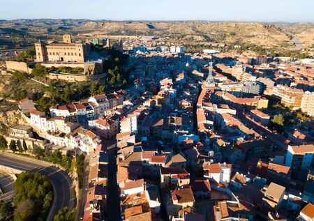 Aerial view of ancient fortified castle of Calatrava on background of Alcaniz cityscape in sunny autumn day, Spain Stockfoto
