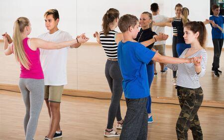 Parejas de jóvenes con pareja de baile bailan en el aula Foto de archivo