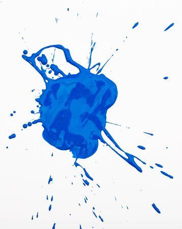 Macchia di vernice blu intenso isolata su sfondo bianco
