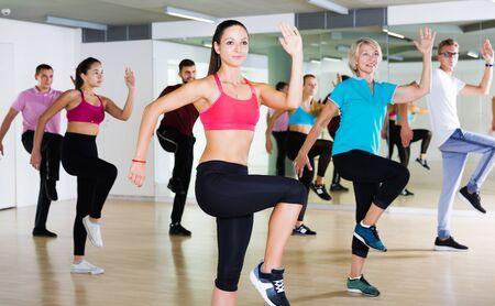 positive Erwachsene unterschiedlichen Alters tanzen beim Tanzkurs Standard-Bild