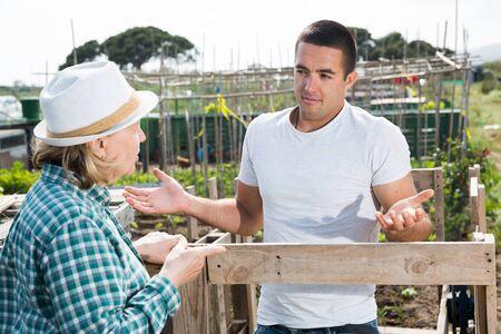 Farm neighbors talk at the border Archivio Fotografico