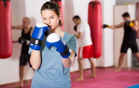 sportwoman in the boxing hall practicing boxing punches during training 免版税图像