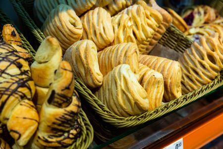 Image of fresh puff cakes at counter in supermarket, nobody Banque d'images