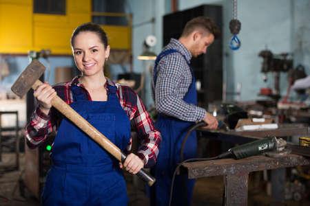 female worker with sledgehammer Imagens