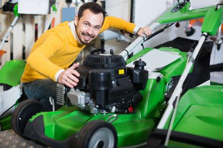 Man buys a new lawnmower Stockfoto
