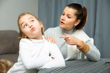 Unhappy young woman discuss conflict with small daughter Banque d'images