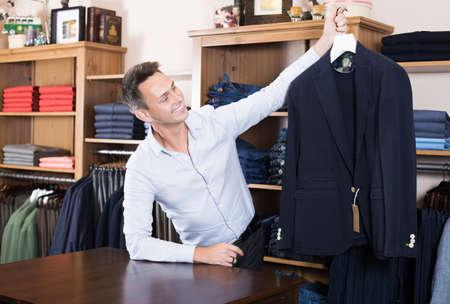 Seller demonstrating cloths Banque d'images