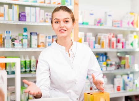 Portrait of friendly laughing pharmacist working in modern farmacy Stockfoto