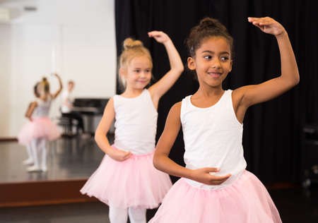 Two little girls rehearsing in dance school Banque d'images