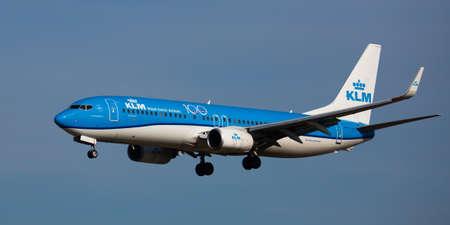 KLM airliner landing in El Prat Airport in Barcelona Redactioneel