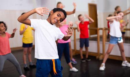 Afro boy showing dance elements at class Banque d'images