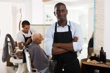 Confident African man hairdresser Banque d'images