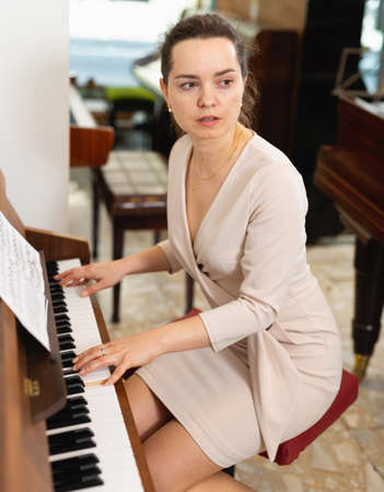 Portrait beautiful woman playing piano Imagens