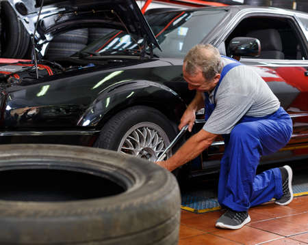 Mechanic installing car wheel 版權商用圖片