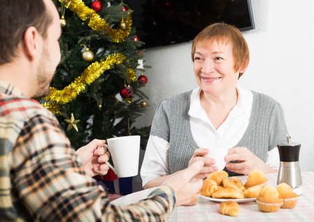 Mother and son Christmas breakfast Banque d'images