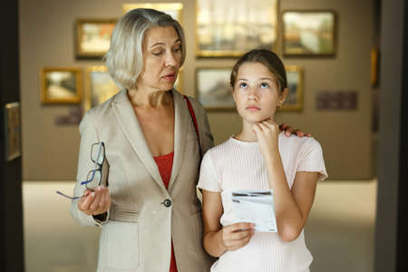 Woman and girl visiting museum Banque d'images