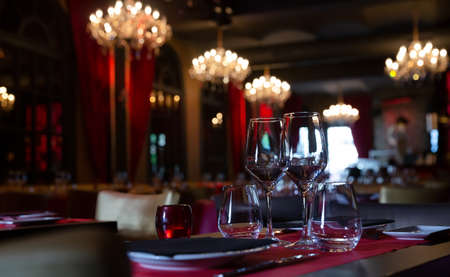 Served tables in banquet room of luxurious restaurant Foto de archivo