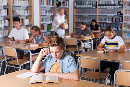 Students reading books in library 版權商用圖片