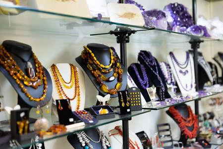 Natural amber jewelry in shop Zdjęcie Seryjne