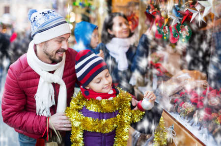 Family purchasing Christmas decoration 免版税图像