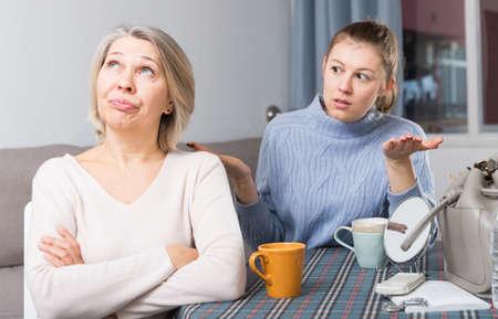 Adult daughter scolds mature mother 免版税图像