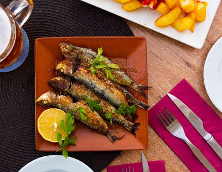 Fried sardines served with slice of lemon Zdjęcie Seryjne