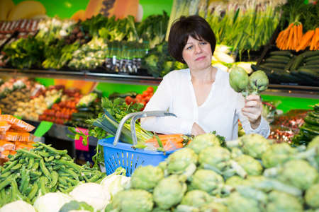 Adult female taking vegetables Imagens