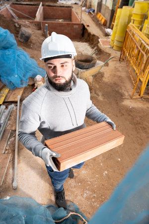 Man installing brick wall Foto de archivo