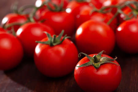 Ripe tomatoes on wooden surface Imagens