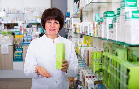 pharmacist working in shop Foto de archivo