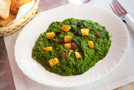 Creamed spinach with raisins and croutons Stock fotó