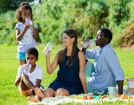 Family drinking water at picnic Banque d'images