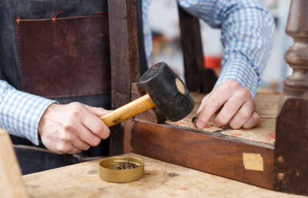 Hands working with hammer in workshop Standard-Bild