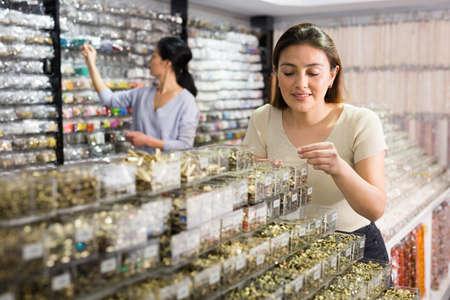 Portrait of woman shopping in jewelry store 免版税图像