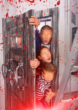 Close-knit family in solving puzzles to get out of the escape room