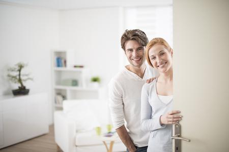 Nette Paare , die Leute in die Heimat zu betreten Standard-Bild