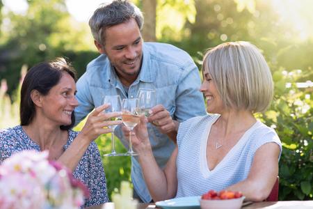 Zomer, een groep vrienden van veertig verzamelen zich tijdens het diner in de tuin