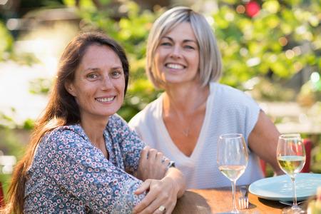 Portret van twee mooie vrouwen van in de veertig. medeplichtigheid en glimlach