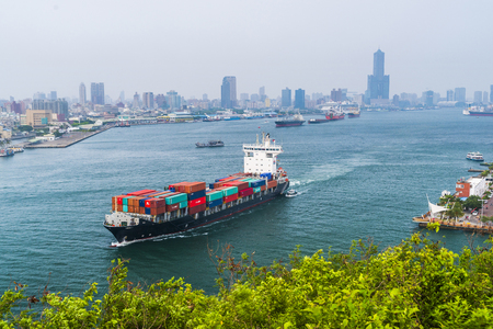 Nave container nel porto di Kaohsiung, Taiwan. Archivio Fotografico