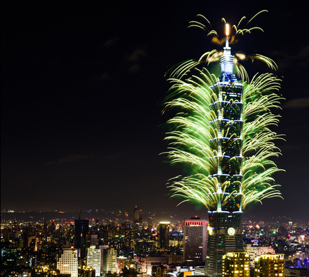 TAIPEI, TAIWAN - JANUARY 1, 2017 - Fireworks ring in the 2017 New Year at the Taipei 101 building. 新闻类图片