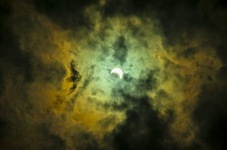Éclipse solaire avec un fort nuage rouge jaune en Thaïlande.