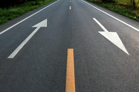 flecha direccion: Direcci�n de la flecha blanca en carretera